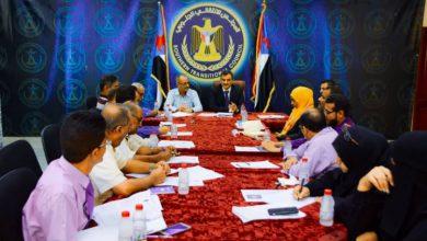 صورة لملس يطلع على تقارير الانجاز للامانة العامة في الاجتماع الدوري الأخير للعام الحالي