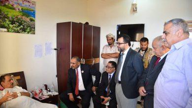 صورة الرئيس عيدروس الزُبيدي يطمئن على صحة القائد اللواء صالح علي حسن ويوجه بالاهتمام به