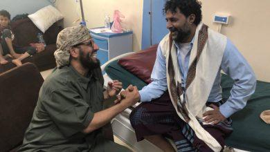 صورة نائب الانتقالي يزور القائد ( أبوهمام ) ويطمئن على صحته