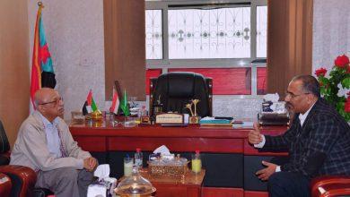 صورة الرئيس الزُبيدي يلتقي السياسي الجنوبي البارز الدكتور عبدالعزيز الدالي