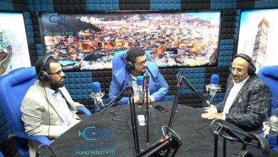 """صورة الرئيس الزُبيدي ونائبه يفتتحان إذاعة"""" هنا عدن """""""