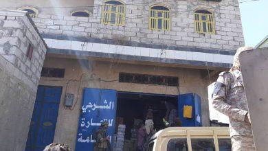 صورة الضالع .. الحزام الأمني يضبط أشخاص يتاجرون بالمساعدات الإنسانية والإغاثية بالمحافظة