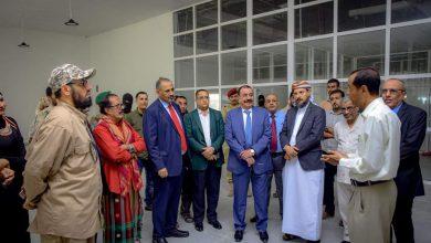 صورة لدى وصولهم المكلا.. الرئيس الزُبيدي ونائبه يتفقدان مطار الريان الجديد