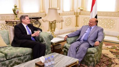 صورة الرئيس اليمني يستقبل سفير واشنطن لدى اليمن