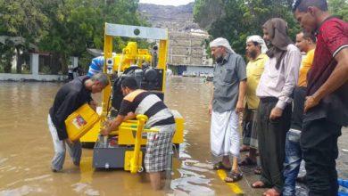 صورة مدير عام التواهي يشرف على أعمال شفط مياه الأمطار في المديرية ويطالب الحكومة بتوفير الآليات