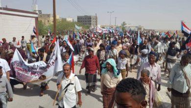صورة أبناء شبوة يلبون دعوة المجلس الانتقالي ويخرجون في مسيرة حاشدة دعماً لقوات النخبة