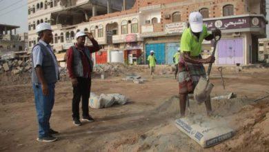صورة بدعم سعودي استئناف العمل في رصف شارع تعز , عدن
