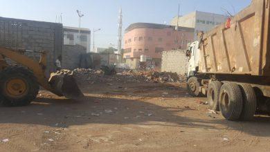 صورة مواطنون يستحدثون اماكن جديدة لرمي مخلفاتهم من القمامة ثم يناشدون صندوق النظافة والاخير يتدخل لإنتشالها