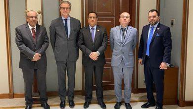 صورة الخبجي يستعرض مع السفير الفرنسي جُملة البنود التي نفذها المجلس الانتقالي من اتفاق الرياض