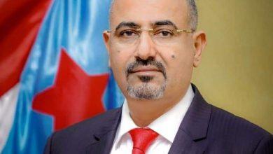 صورة الرئيس عيدروس الزُبيدي يُعزّي الأستاذ باسندوة في وفاة حرمه