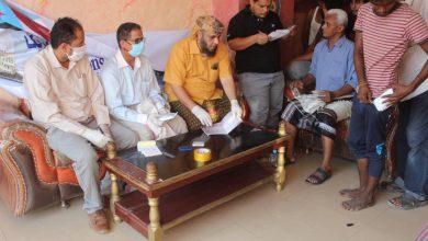 صورة أبناء الشعيب يقدمون مساعدات مالية للأسر المتضررة منازلهم جراء السيول بالعاصمة عدن