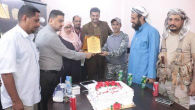 صورة الدائرة الصحية لقوات الدعم والاسناد تكرم مديرة الإمداد الدوائي بوزارة الصحة في العاصمة عدن
