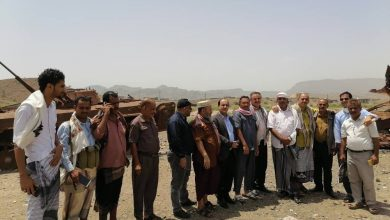 صورة ممثلون عن الانتقالي يسلمون مساعدات غذائية للمرابطين في جبهة كرش
