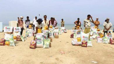 صورة ضمن الجهود الانسانية لدولة الإمارات.. الهلال يواصل توزيع معونات غذائية لصيادي الساحل الغربي