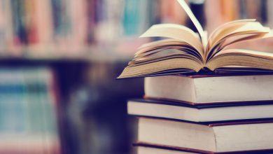 صورة قارئ يعيد كتاباً إلى مكتبة بعد 40 عاماً من استعارته