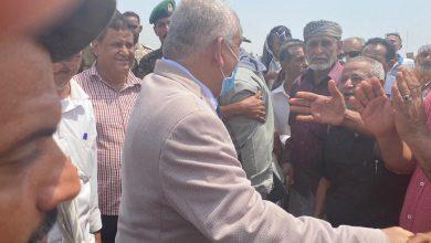صورة الوالي يزور اعتصاماً لمنتسبي الجيش والأمن الجنوبي أمام مقر التحالف العربي بالعاصمة عدن