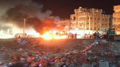 صورة تنديدا بانهيار الخدمات.. مدينة المكلا تشهد احتجاجات شعبية واسعة