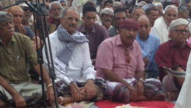 صورة الجعدي والوالي يؤديان صلاة عيد الأضحى مع جموع المعتصمين من منتسبي الجيش والأمن الجنوبيين بالبريقة