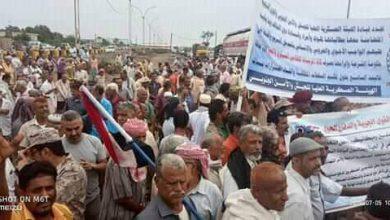 صورة المئات من منتسبي الجيش والأمن يحتشدون أمام مقر التحالف للمطالبة بصرف رواتبهم