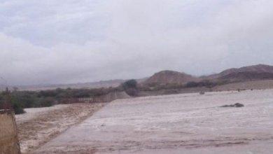 صورة السيول تتسبب بقطع الطريق الدولي الرابط بين حضرموت وعدن