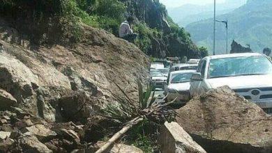 صورة انهيار صخري في إب يتسبب بقطع طريق الخط الدائري ومحاصرة مئات السيارات