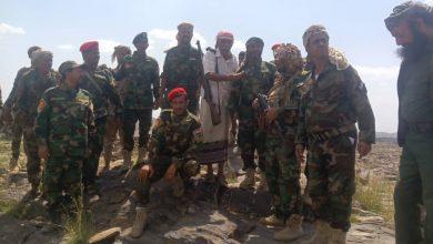صورة قائد محور يافع المنصوري يتفقد المواقع المتقدمة في جبهة الحد الحدودية