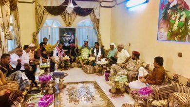 صورة اللواء بن بريك يزور أسرة الشهيد أبو اليمامة بمدينة الحبيلين