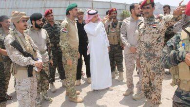 صورة لجنة عسكرية سعودية تزور لواء العاصفة في العاصمة عدن