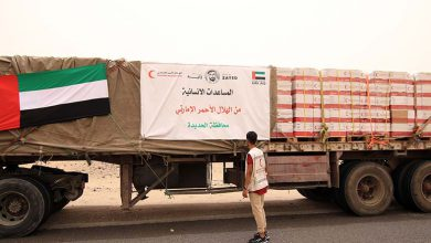 صورة تنفيذًا لأوامر القيادة الرشيدة بدولة الإمارات.. مساعدات الهلال تصل إلى مناطق واقعة تحت خط النار في الساحل الغربي