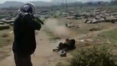 صورة إعدام شاب يمني داخل مقبرة سلمه الحوثيون لخصومه