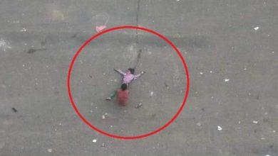 """صورة صوره موجعة.. حوثي يقنص """"طفلة الماء"""" وطفل آخر ينقذها"""