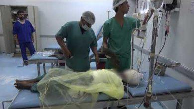صورة إصابة طفلة نازحة بجروح خطيرة إثر انفجار جسم من مخلفات الحوثي جنوب التحيتا