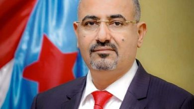 صورة الرئيس الزُبيدي يُعزي في وفاة العميد حسين عبدالله حسن