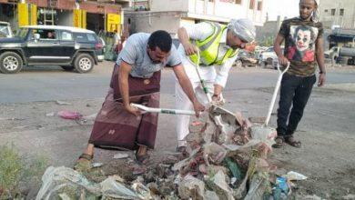 صورة شباب الحبيلين ينفذون حملة نظافة في المدينة بجهود ذاتية