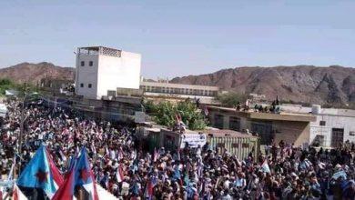 صورة رغم عراقيل مليشيا الإخوان.. الآلاف من أبناء شبوة يحتشدون في ساحة المصينعة