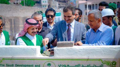 صورة محافظ عدن يضع حجر الأساس لمشاريع تعليمية ورياضية في مديريات العاصمة