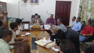 صورة بحضور لجنة مكلفة من قبل المحافظ.. مديريات العاصمة عدن تشهد عمليات تسليم واستلام