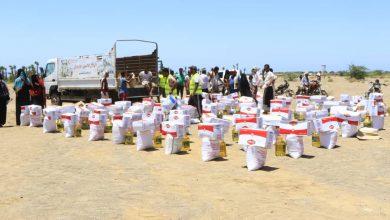 """صورة بدعم إماراتي  .. """"الهلال الأحمر"""" توزع المعونات الغذائية بمخيم الوعرة بالساحل الغربي"""