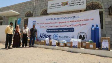 صورة الحديدة.. تقديم شحنة معدات وأجهزة حماية صحية لمستشفى حيس