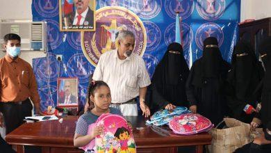 صورة انتقالي حضرموت يدشن توزيع الحقيبة المدرسية على أطفال الأسر الأكثر احتياجا