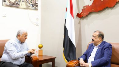 صورة اللواء بن بريك يناقش مع العميد جمال ديّان عدداً من الموضوعات المتعلقة بشرطة السير في العاصمة عدن