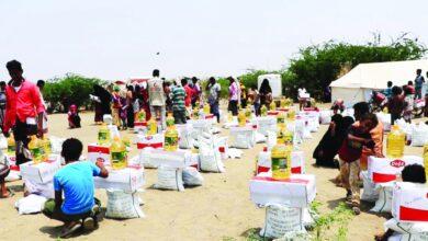 صورة بدعم إماراتي .. تواصل تقديم المساعدات الإنسانية والغذائية لسكان الساحل الغربي