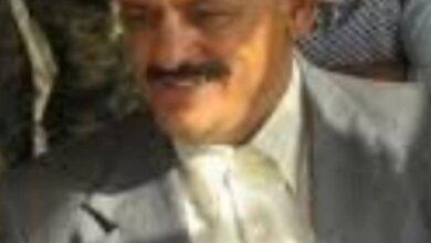 صورة الرئيس الزبيدي يعزي في وفاة المناضل احمد محمود العربي