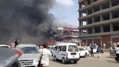 صورة عدن .. اندلاع حريق بأحد المحلات التجارية في مديرية المنصورة
