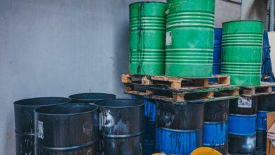 صورة قيادات حوثية تدير  تهريب وتجارة المبيدات والأسمدة المحظورة