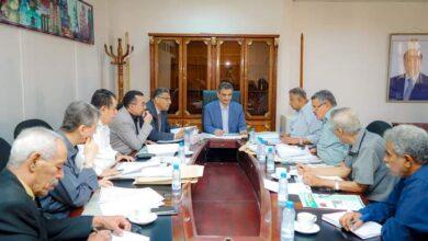 صورة إجتماع برئاسة لملس.. يقرّ إعادة النظر في إيجارات المحلات والأسواق التابعة للدولة بعدن