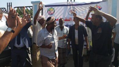 صورة على قارعة الطريق.. نقابة وعمال شركة #النفظ  بـ #عدن تحتفل بمناسبة مرور 50 عاما على تأسيس الشركة