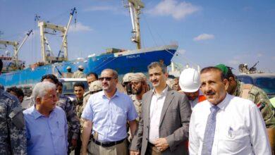 صورة محافظ العاصمة #عدن يستقبل شحنة أعمدة نقل الطاقة الخاصة بالمحطة الكهربائية الجديدة