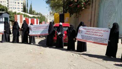 صورة اعتداء حوثي على سجناء في #صنعاء بطريقة وحشية