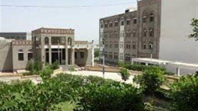 صورة مليشيا الإخوان تقتحم مكتب عميد كلية الطب بجامعة تعز